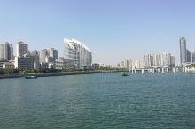 金沙湾沙滩浴场位于广东湛江金沙湾,是国家4A级景区,有海滨浴场,双子岛,有水上运动中心等景点,无论是