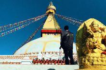 世界上最大的佛塔 容许一身安静的容身之处…  熙熙攘攘的游客不放过每一处值得拍的地方  连叩拜的僧徒