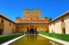 阿尔罕布拉宫,屹立在高高的山坡上的红色城堡,摩尔人在西班牙最后一个王朝的宫殿,先不说它的极尽奢华,它