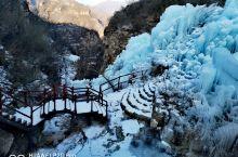 满城龙居大瀑布。北国风光,滴水成冰,冰柱长垂,太阳光下晶莹剔透,九个瀑布形态各异,层次分明,爬到半山