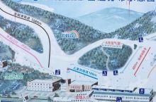 今天带儿子来滑雪,网上订票很方便,到游客中心直接取票进入雪场,因为是周末所以人比较多,还有很多旅行社