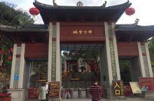 """国恩寺位于广东云浮新兴县六祖镇,因背靠风景秀丽的龙山,又称""""龙山寺""""。气势巍峨庄严,殿堂鳞次栉比。有"""