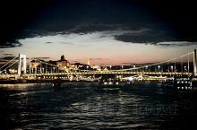 登上设计独特的观光游轮,欣赏匈牙利首都多瑙河黄昏夜晚最瑰丽多彩的风景,布达佩斯是欧洲著名古城,坐落在