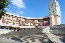 """晋江博物馆,位于市区世纪大道东侧,主体建筑四层,正面是以""""海上丝绸之路""""为主题的大型锻铜墙雕,蔚为壮"""