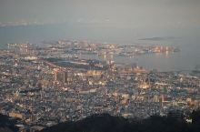 神户市区被六甲山山脉环绕,其中最高的山峰是摩耶山。山上修建了各种观景平台和观光度假设施,包括可以亲密