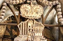 密集恐惧症患者慎入哦 这里大名叫塞德莱茨教堂,位于布拉格以东大概100公里,表面是一座小小的哥特教堂
