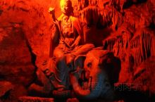 普者黑-观音洞 这里应该算是普者黑的庙宇,依山而立,赶上腊八节,观音洞还进行施粥。溶洞分三个,满洞皆