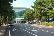 济州国际会议中心位于济州岛西归浦市的美丽的海岸边。紧邻最著名的柱状节理。从济州国际机场乘坐大巴1小时