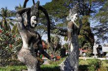 万象城里的佛像公园,遍布着各式佛像雕塑,确实可以算是形态各异姿态万千,有一些更是超出了一般的想象,看