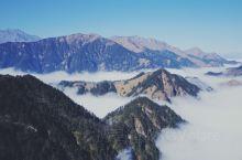 窗含西岭千秋雪 门泊东吴万里船 西岭雪山乘坐大索道登顶的感觉和峨眉有些像,在滑雪场附近雾大得能见度不