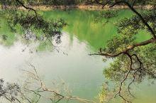 皓月湖 位于天竺山森林公园景区西部,两二湖下游,面积24公顷,蓄水量约300万立方米,湖面水草茵茵,