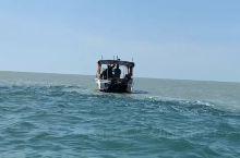 在船上要等绿豆沙色的一半海水完全退去后就下船可以拍照了,天空之境确实是一大奇景,每天大马海事局都会公