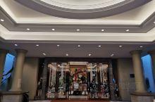 恒大饮食中心  位于消远市龙颈镇恒大金碧天下恒大酒店内,这里的口味是粤菜系的,一楼是品粤厅,凯旋宫,