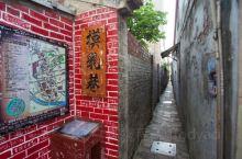 """""""摸乳巷""""位于彰化县鹿港古镇北街,是一条200年历史的窄巷道,只能容许一人通过,如碰巧两人相遇,只好"""
