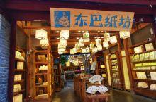 走入丽江官门口就看到东巴纸坊,东巴,是纳西人对族里祭司的尊称,意思是智者,最有智慧的人。西藏雍仲本教