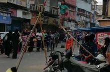 在孟买著名的贫民窟达拉维外围的街上的看到了这样的场景。街上竖起两根竿,女孩就在两竿之间的绳子上表演杂