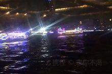 乘船游览尼罗河是探索埃及的历史悠久的方式, 夜游尼罗河更是近半个世纪以来旅行者最喜欢的方式边品尝美
