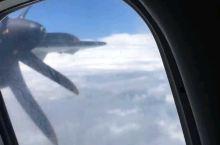 ATR-72的翅膀下,涡扇发动机轰鸣旋转,厚厚的云层中,鱼尾峰与安娜普纳峰露出了尖尖[愉快]…