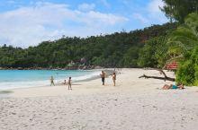 普拉兰岛上的拉齐奥海湾是一处景色非常优美的海湾,这里被美国的国家地理杂志评为了世界最美海滩的第2名。