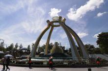 到文莱旅游的第一站就是去水晶公园,这个公园是一个游乐场,我们主要看的是公园门口巨大的水晶球。导游说,