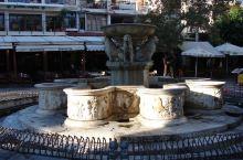 """莫罗西尼喷泉位于市中心的威尼斯广场上,也叫""""雄狮喷泉""""(Lion Fountain),于1628年由"""