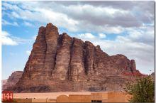 """约旦的瓦地伦(阿拉伯语: وادي رم)   又名""""月谷"""",是约旦西南部的一处山谷,著名景点。其名"""