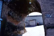 米脂老城以四条主街且不规则的网状分布,形若凤凰单展翅的格局模样,一些保存完好的窑洞四合院,大部分分布