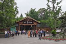 成都杜甫草堂博物馆是在中国唐代大诗人杜甫流寓成都时的故居基础上建造的。  公元759年冬天,杜甫为避