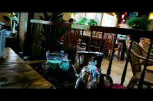 鹿鸣居位于阳春市春城东湖广场内,店内欧美古典风,加上饰物绿叶和鲜花的衬托,使人置身于园林中感觉到休闲