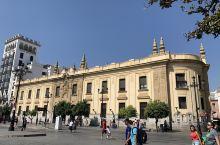塞维利亚的大邮局就在主座教堂旁边,传统的黄色建筑很漂亮,去买邮票寄明信片也不需要排队,很棒