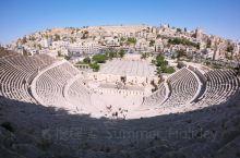 城堡山走下来就到了安曼古罗马剧场了,广场右手边的小房子里买票,2个JD。爬上去一个人坐在阴凉处吹吹风