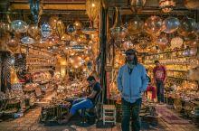 """马拉喀什,坐落在贯穿摩洛哥的阿特拉斯山脚下,有""""南方的珍珠""""之称。且城市之名为""""神域""""之意。 它是摩"""