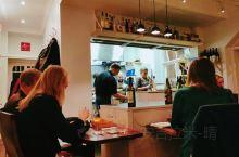 赫尔辛基米其林ORA  菜量适中,挺好吃,不会像demo那样偏咸,价格也合理。印象深刻的是讲解的厨师
