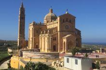 """马耳他,权游的拍摄地""""gozo"""" 岛,蓝窗已经没有了,土黄与蓝,水是渐变蓝。"""