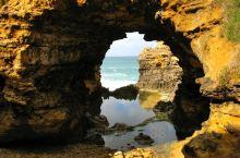 大洋路奇石景观。 大洋路沿着蜿蜒崎岖的200多公里的海岸线,经过许多海湾、海滩。由于南部澳洲特殊的地