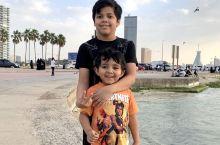 质朴的沙特人民,很友好,生活也很安逸。海边的景色也太美了,下午一家人开车,铺张毯子,带着老婆孩子在海
