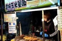 烤玉米沾酱特别好吃,每只只有臺币40块超优惠,非常平民的美食