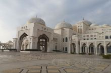 阿联酋总统府,从2019年开始开放,此处是阿联酋总统办公与生活区,开车到总统府专用停车场之后,乘坐总