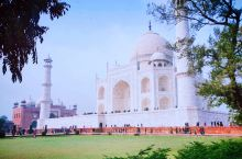 泰姬陵是不愧为印度穆斯林艺术最完美的瑰宝之一,确实漂亮,只是天气不好,拍不出来效果。