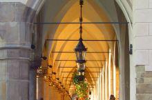 布艺厅或亚麻厅是位于欧洲小镇主要市场中心的历史建筑。 在波兰,现存最著名的布艺馆建筑是克拉科夫的布艺