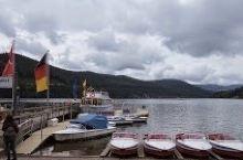 相较于瑞士绝美的湖光山色 德国的滴滴湖 在许多亚洲游客心中 只能算是小憩的一站  行程拉車时间太長