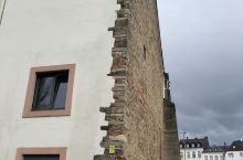 特里尔,马克思出生的地方,城市不大,有着各式各样的建筑,到访时阴晴不定,跑到古老的教堂避雨。许多建筑
