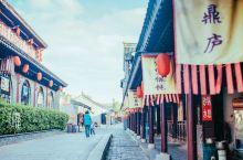 泰州老街,既年轻又古老 泰州老街,在凤城河畔桃园景区外,一个麻石铺就的明清小巷,穿梭在深深的四合院落