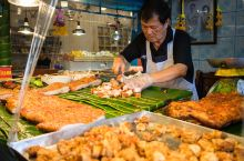 曼谷绝不可错过的加都加周末市场 加都加周末市场是可以BTS直达的,距离曼谷市区不算很远的市场。建议一