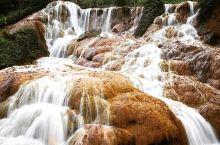 去九份看瀑布游老街看风景  提到黄金瀑布,我的刻板印象是黄果树瀑布那样的,因为泥沙多呀,气势磅礴且水