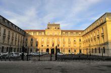 阿维尼翁市政厅,十三世纪古城墙,阿维尼翁铁路车站,随处可见的历史博物馆。