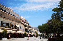 米哈斯小镇临近地中海是一座以蓝天、白墙、褐色山丘为主题的阿拉伯风格城镇 一边是纯清的白色的建筑物,另