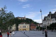 卢布尔雅那位于维也纳和威尼斯之间,是斯洛文尼亚首都,充满浪漫气息、绿意盎然、文化鲜明,满街的咖啡馆让