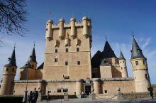 塞哥维亚的著名景点,远看很漂亮,有游戏英雄无敌中大天使城堡的感觉。