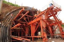 开山自有雄魂在         30多公里长的设计开挖里程,使大(理)瑞(丽)铁路高黎贡山隧道,成功
